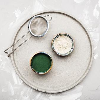 Poudres organiques vertes et blanches vue de dessus