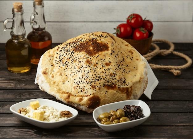 Pouf de pain turc sur la table