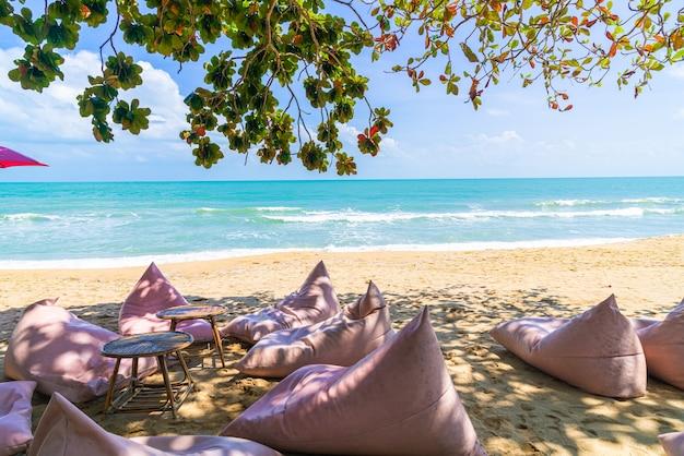 Pouf sur plage avec océan mer et ciel bleu