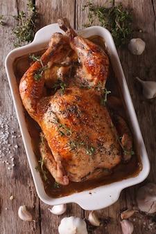 Poulet à l'ail dans le plat pour la cuisson
