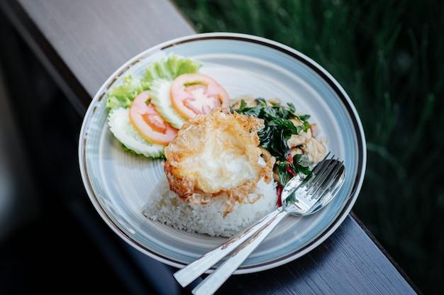 Poulet au basilic avec œuf au plat et piment avec sauce de poisson