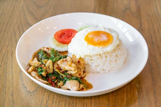 Poulet au basilic et œuf au plat avec riz