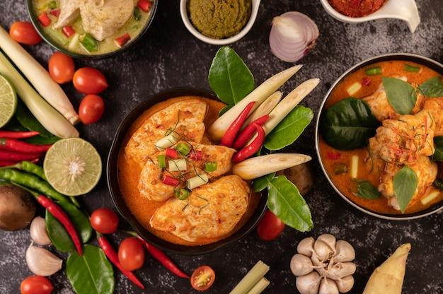 Poulet au curry dans un bol avec citronnelle, feuilles de lime kaffir, tomates, citron et ail
