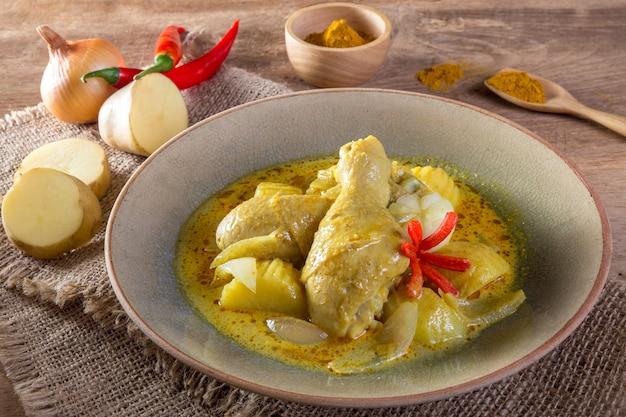 Poulet au curry jaune
