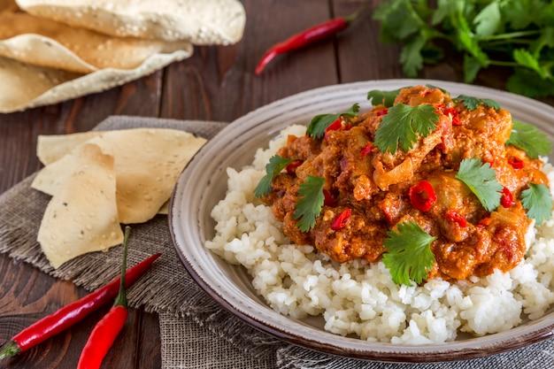 Poulet au curry avec riz et coriandre