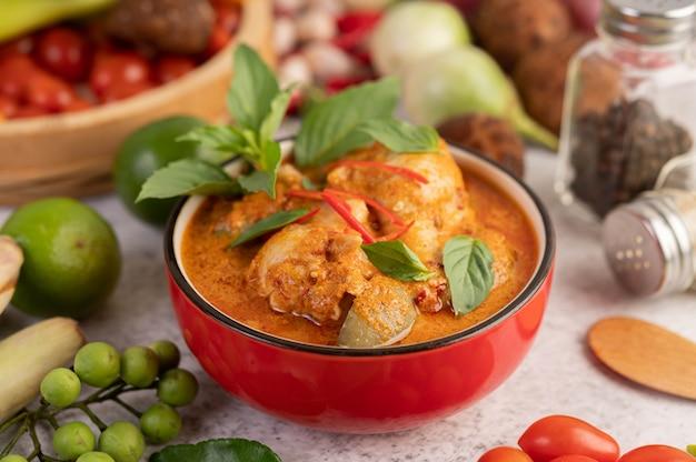 Poulet au curry rouge dans une tasse noire