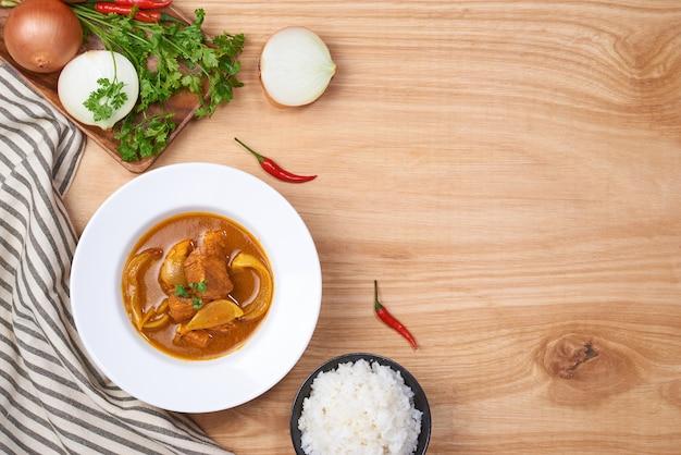Poulet au curry avec sauce et riz