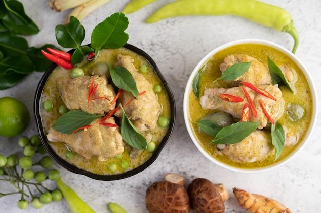 Poulet au curry vert dans un bol.