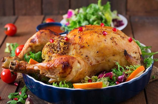 Poulet au four farci de riz pour le dîner de thanksgiving sur une table de fête
