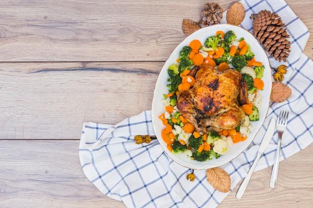 Poulet au four avec des légumes sur une assiette