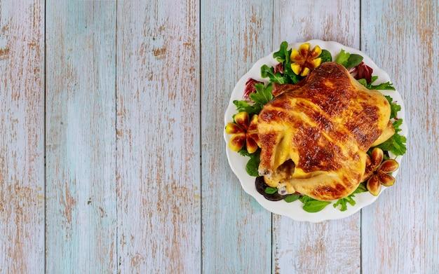 Poulet au four sur plaque blanche avec salade et figues. vue de dessus.