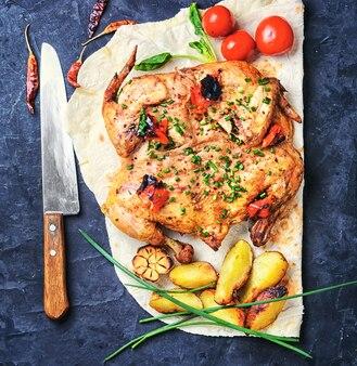 Poulet au four avec pommes de terre sur pita