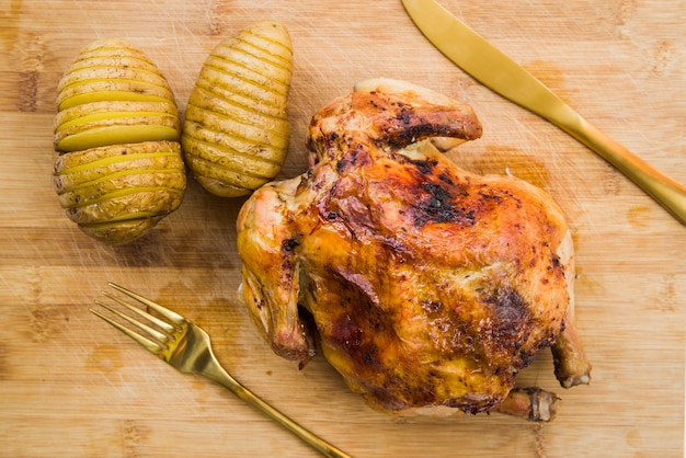 Poulet au four avec pommes de terre sur table