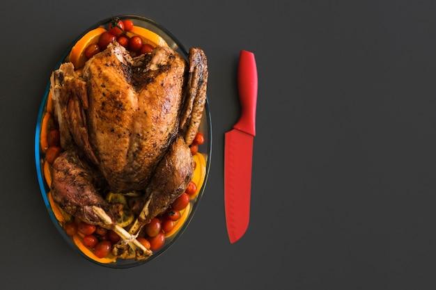 Poulet au four en verrerie sur table