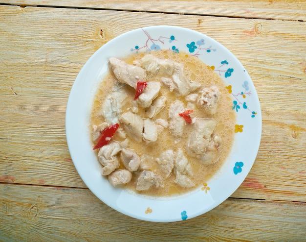 Poulet au lait de coco akoho sy voanio plat très courant à madagascar.