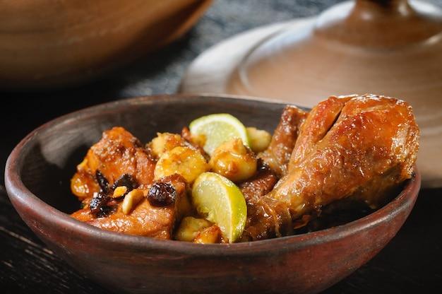 Poulet au miel de rapadura et banane dans le pot en argile gastronomie du nord-est du brésil