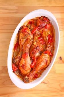 Poulet au paprika au four avec oignon, ail et poivron rouge