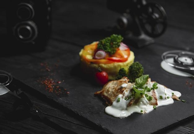 Poulet au poulet dans une sauce crémeuse aux champignons