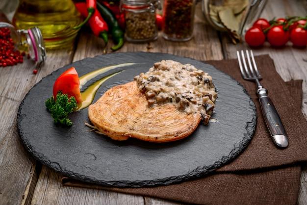 Poulet aux champignons à l'ail crémeux sur table en bois