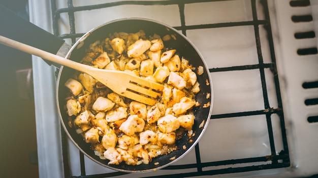 Poulet aux champignons à la crème dans une poêle sur le feu