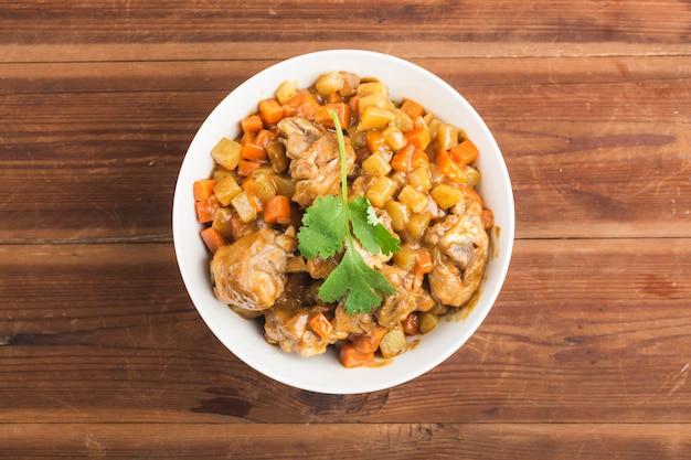 Poulet aux pommes de terre et carottes au curry,