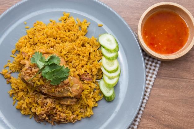 Poulet biryani avec du riz et de la sauce. nourriture halal (khao mok gai)