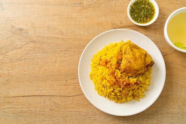 Poulet biryani ou riz au curry et poulet - version thaï-musulmane du biryani indien, avec riz jaune parfumé et poulet - style de cuisine musulmane