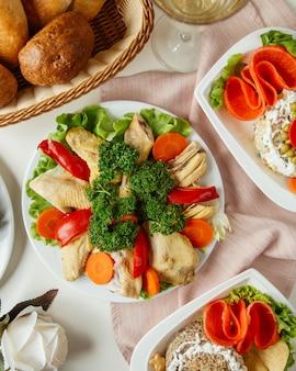 Poulet bouilli avec vue de dessus de légumes
