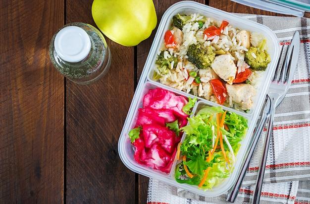 Poulet, brocoli, pois verts, tomate avec riz et chou rouge