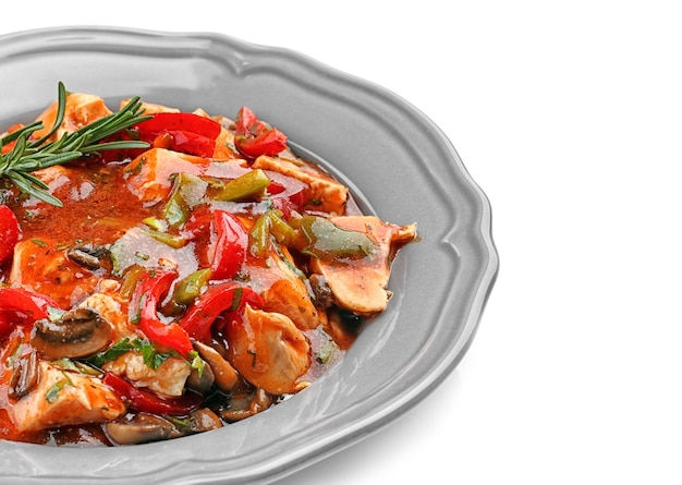 Poulet cacciatore en plaque isolated on white