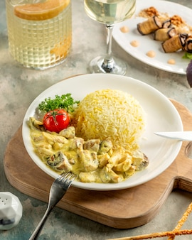 Poulet et champignons sautés crémeux servis avec riz et légumes