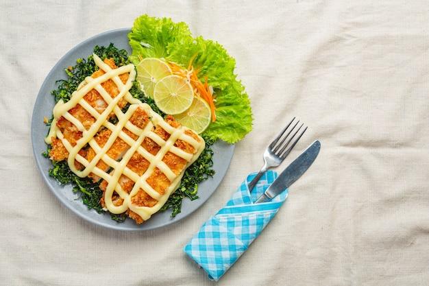 Poulet croustillant à la crème de citron, joliment décoré.