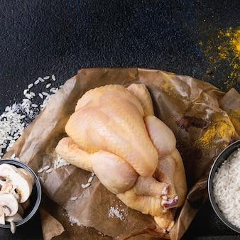 Poulet cru avec assaisonnement et riz