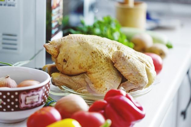 Poulet cru dans la cuisine prêt à être cuit. fermer