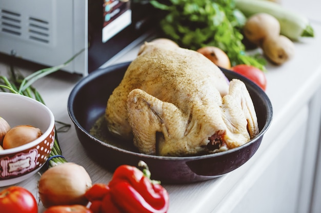 Poulet cru dans la cuisine prêt à être cuit.