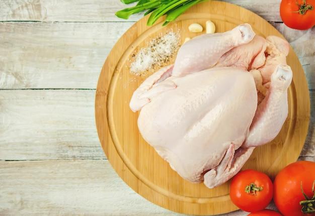 Poulet cru. ingrédients pour la cuisine. mise au point sélective.