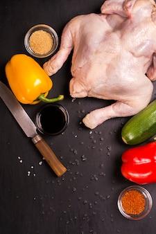 Poulet cru, légumes et épices