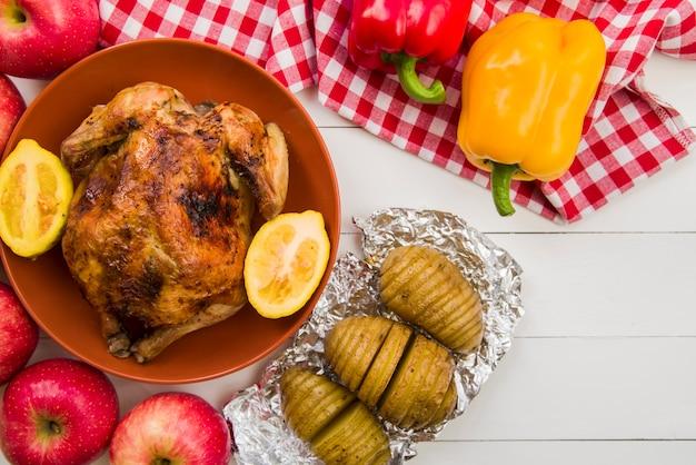 Poulet cuit au citron et pommes de terre