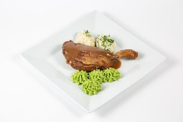 Poulet cuit avec sauce boulettes de riz et sauce verte