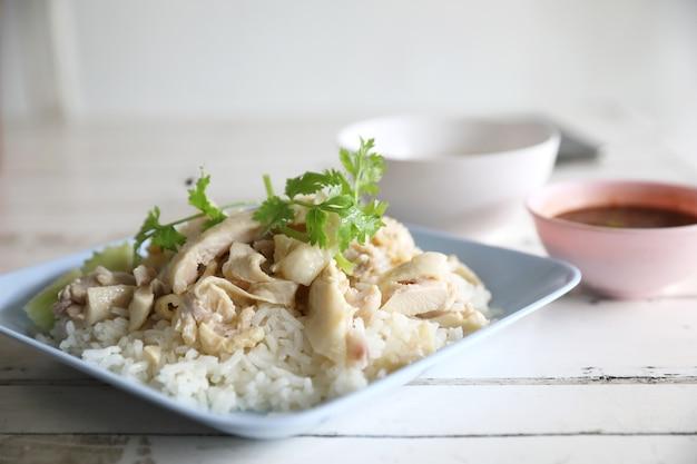 Poulet cuit à la vapeur gastronomique thaï avec du riz dans la table en bois