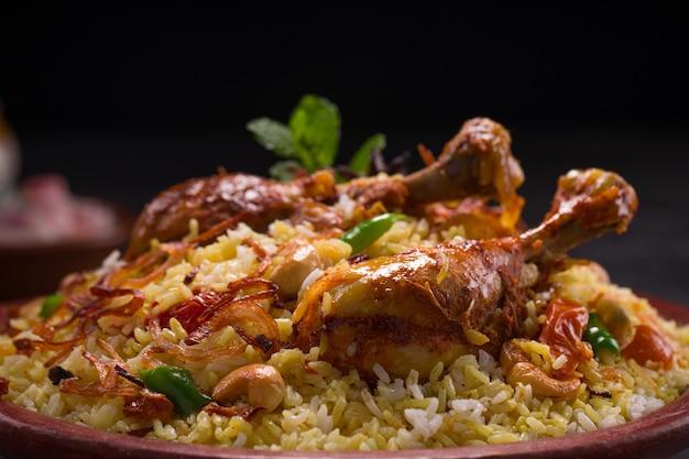 Poulet dhum biriyani à l'aide de riz jeera et d'épices disposés dans de la terre cuite