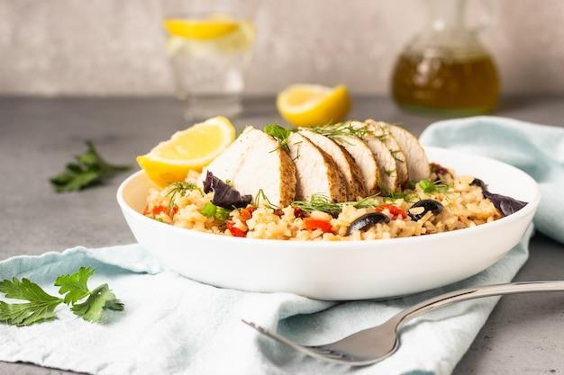Poulet ou dinde grillé avec du riz et des légumes.