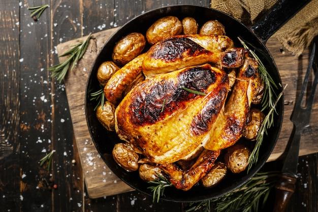 Poulet entier cuit au four avec des épices sur pan