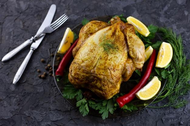 Poulet entier frit sur un plateau. déjeuner des fêtes, poulet grillé au four
