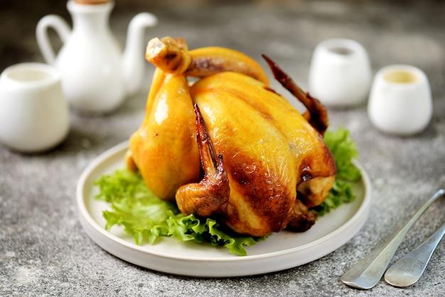 Poulet entier grillé sur une assiette