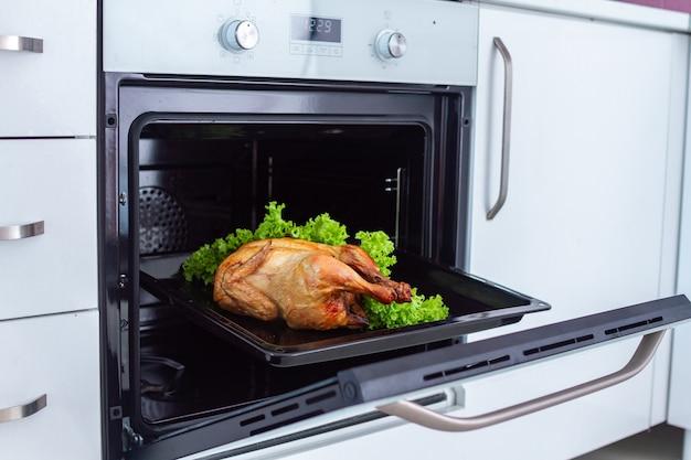Poulet entier grillé au four avec des légumes au four pour le dîner à la maison
