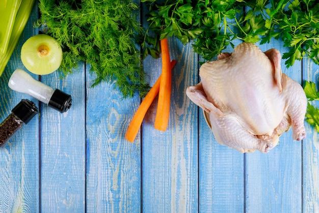 Poulet entier non cuit aux légumes préparé pour la soupe au poulet.