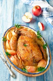 Poulet entier rôti aux pommes et sauce à la crème