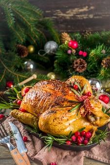Poulet entier rôti avec décoration de noël