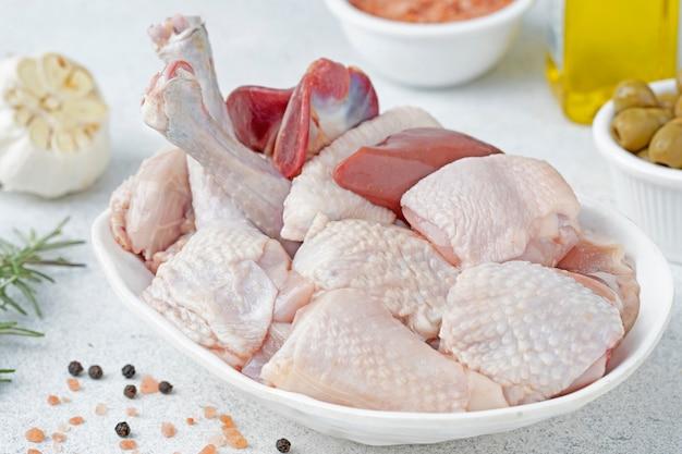Poulet frais et cru dans la table
